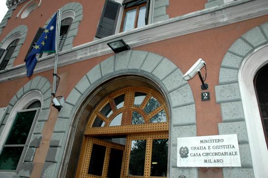 Abusi in carcere a San Vittore : «Sei una trans ? Allora fammi un pompino»