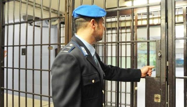 agente penitenziario cancello